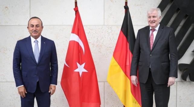 Bakan Çavuşoğlu, Almanya İçişleri Bakanı Seehofer ile bir araya geldi