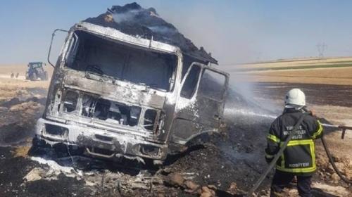 Saman yüklü kamyon yanarak kül oldu