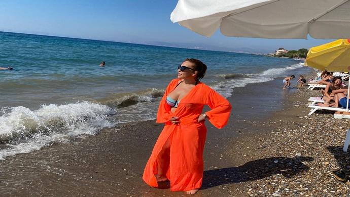 Güzel Şarkıcı Nüvit Yıldız, Tatil için Kuşadası'nda