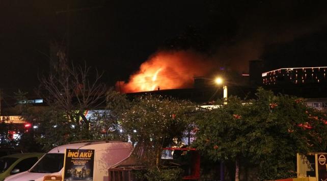 İzmir'de bir dükkanda çıkan yangın hasara yol açtı