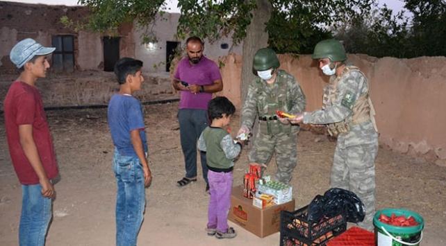 Mehmetçik yemeğini Suriyelilerle paylaşıyor