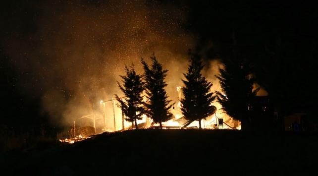 Ankara'da mesire alanı içerisinde bulunan ahşap konak yandı