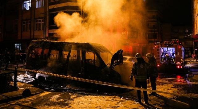 İstanbul Küçükçekmece'de servis minibüsü yandı