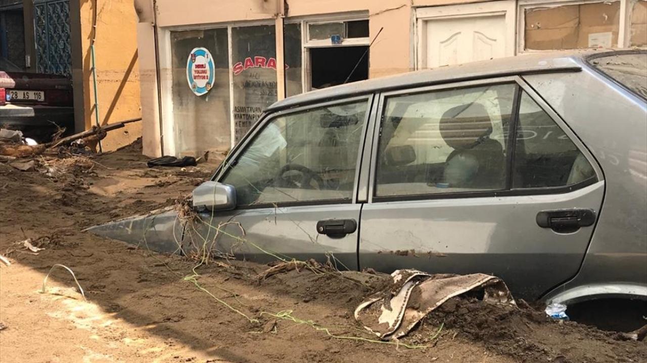Kare kare sel felaketi: Otomobiller ağaç dallarına takıldı