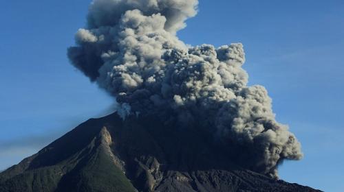 Sinabung Yanardağı kül püskürtmeye devam ediyor