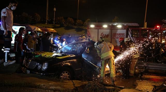 Kartal'da otomobilin bariyerlere çarpması sonucu 2 kişi yaralandı.