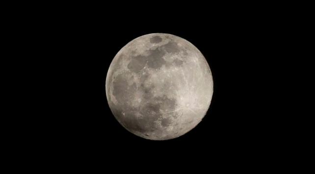 Ay'ın yüzeyinde su bulundu