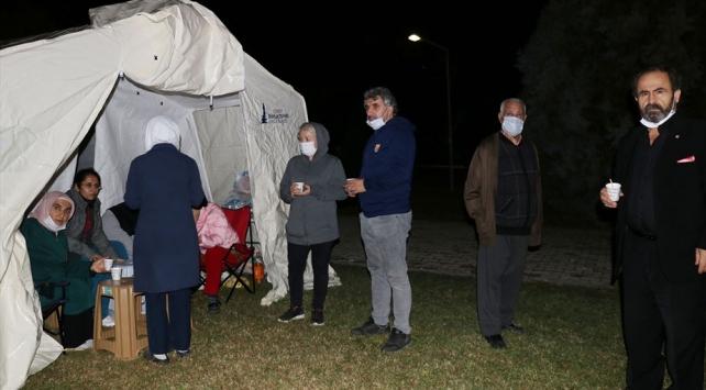 Depremzedeler çadırda sabahladı