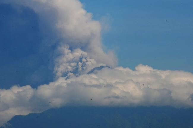 Endonezya'da Merapi Yanardağı'nda art arda patlama oldu