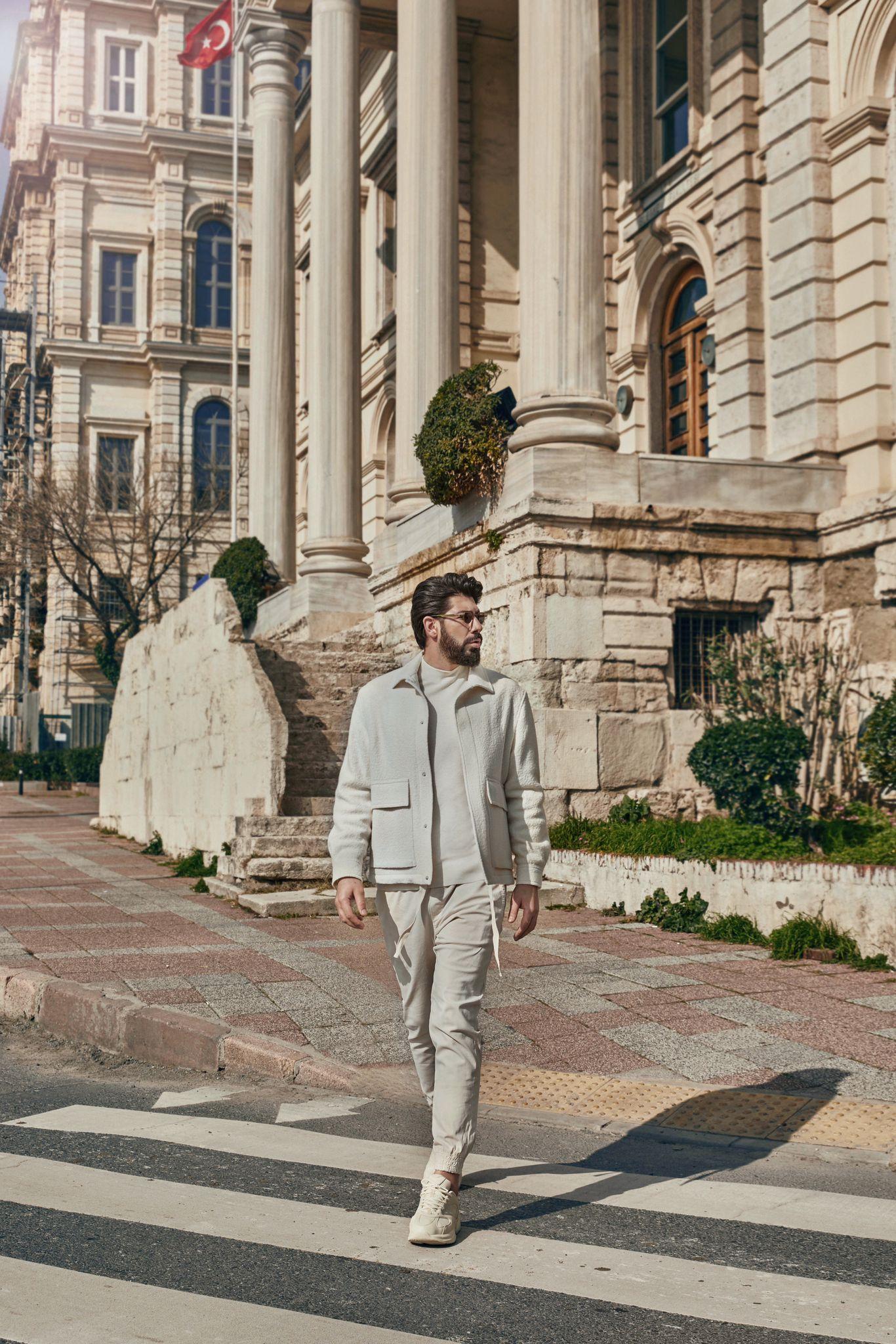 Tolga Yüce Kimdir? Tolga Yüce ; Türk sinema ve dizi oyuncusu, yönetmen ve yapımcı, iş adamı.